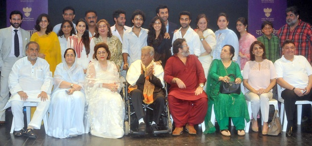 Shashi Kapoor receives Dadasaheb Phalke Award surrounded by family and friends at Prithvi Theatre