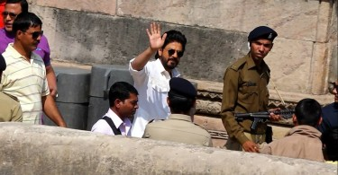 Shahrukh Khan waves to the fans