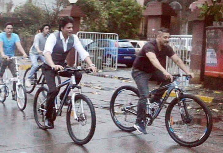 SRK, Aryan and Salman Khan cycling together on the streets of Mumbai