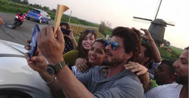 Shahrukh Khan Selfie with Fans