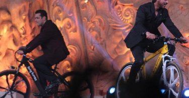 Shahrukh Khan Salman Khan at the Star Screen Awards
