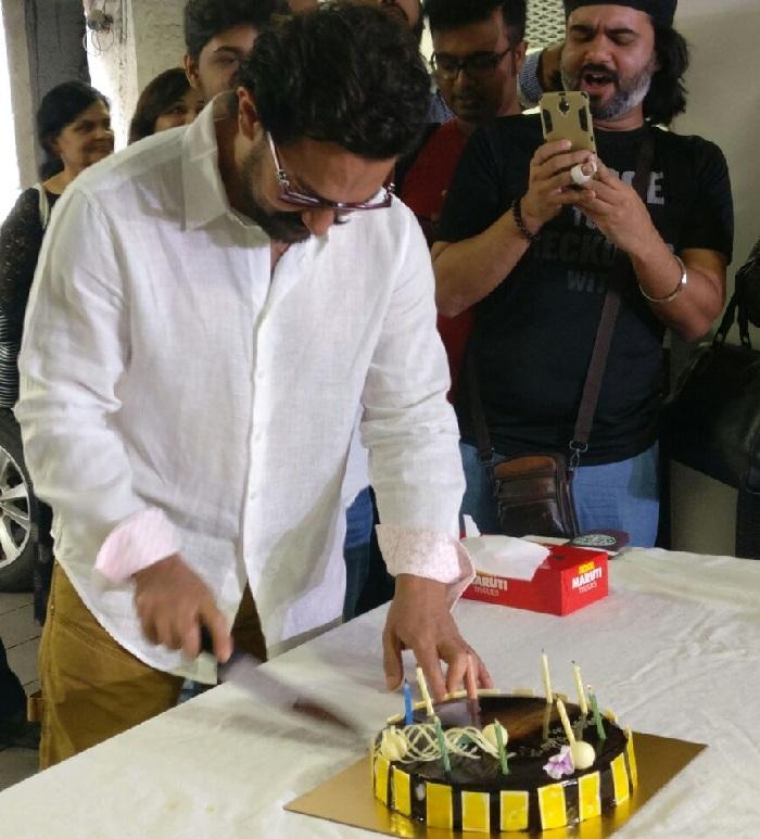 Aamir Khan cuts his 52 birthday cake