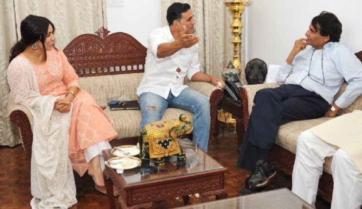 Akshay Kumar discuss with Suresh Prabhu