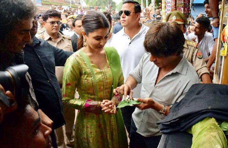 SRK, Anushka at Benarasi paan shop
