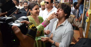 SRK, Anushka dive into the flavour of Benarasi paan from local shop
