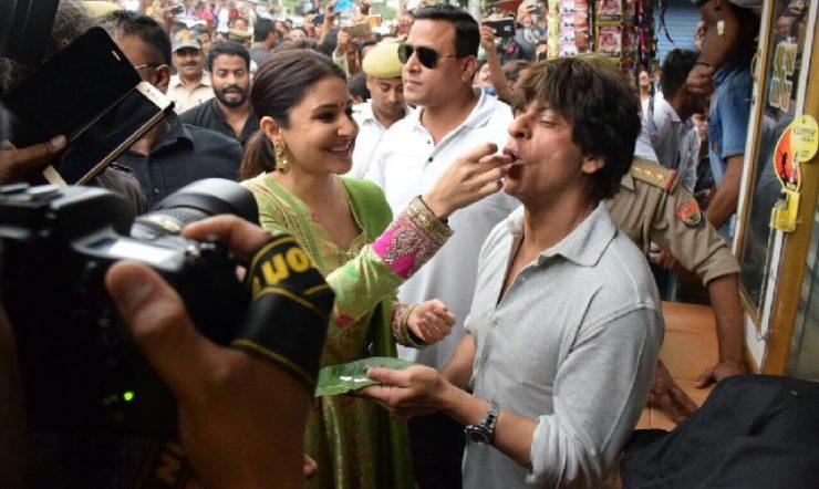 SRK, Anushka dive into the flavour of Benarasi paan from local shop