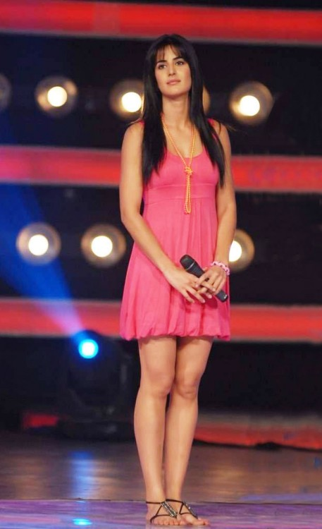 Katrina Kaif sizzles in Pink dress on the sets of Indian Idol 4