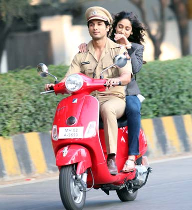 Shahid Kapoor with Ileana D'Cruz - Phata Poster Nikla Hero