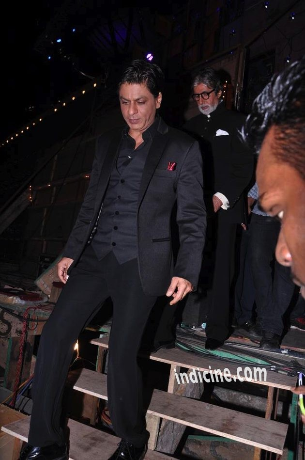 SRk with Amitabh in the background