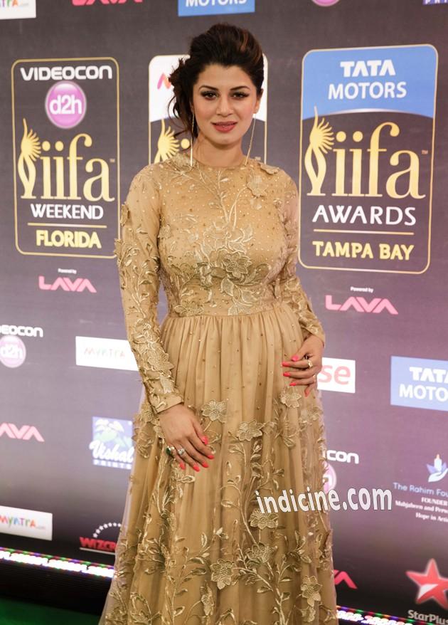Kainaat Arora at IIFA Awards Green Carpet