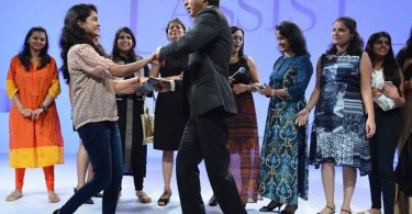 Shahrukh Khan with his female fans