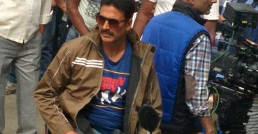 Akshay Kumar surrounded by fans in Mathura